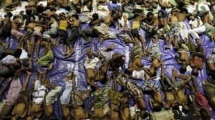 Des centaines de migrants rohingyas de Birmanie et du Bangladesh, fuyant la misère et les persécutions, ont été secourus en Indonésie. Aceh, 11 mai 2015.