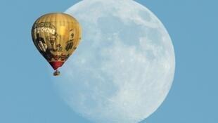 Um balão passa diante da Lua em Santa Fé, nos Estados Unidos. Pesquisadores encontraram novos indícios de existência de água na Lua.