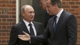 Thủ tướng Anh David Cameron (P) tiếp đón Tổng thống Nga Vladimir Putin tại Downing Street, Luân Đôn vào hôm nay 16/06/2013.