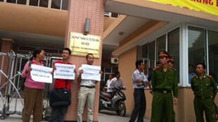 Biểu tình trước Đài Phát thanh Truyền hình Hà Nội ngày 21/10/2011.