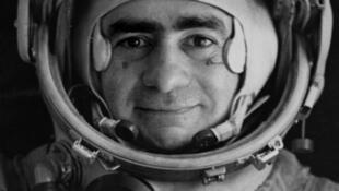 Joan Fontcuberta camuflado en cosmonauta.