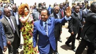 Paul Biya se rend dans un bureau de vote, dimanche 9 octobre 2011 à Yaoundé.