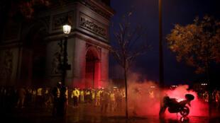 «Желтые жилеты» перед Триумфальной аркой в Париже, 1 декабря 2018.