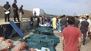 Corpos dos imigrantes resgatados sem vida nesta quinta-feira, 3 de ouubro, na ilha de Lampedusa.