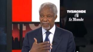 Katibu mkuu wa zamani wa Umoja wa Mataifa, Kofi Annan (katikati)