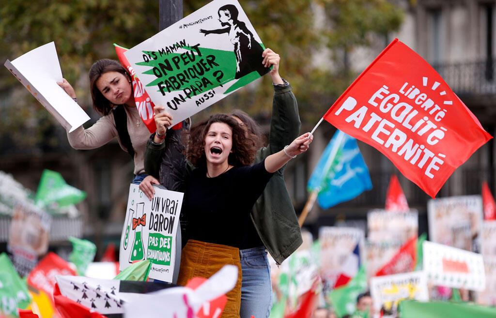 Des gens manifestent contre un projet de loi de réforme qui élargira l'accès à la procréation médicalement assistée aux couples lesbiens et aux femmes célibataires. Paris, le 6 octobre 2019.