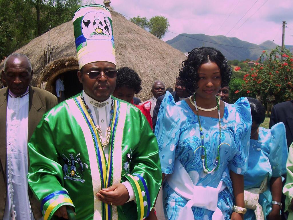 Mfalme wa Rwenzururu nchini Uganda,Charles Wesley Mumbere akiwa na Mkewe