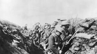 Des soldats canadiens dans les tranchées en France, dans la Somme lors de la Première Guerre mondiale, en 1916.