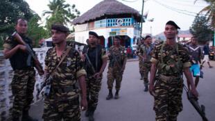 Policiers et gendarmes ont patrouillé toute la journée à Hell-Ville, la capitale de l'île, recherchant auteurs et témoins des lynchages.