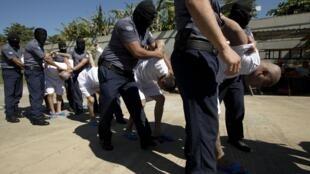 """Des membres des gangs, appelés """"Maras"""" dans la prison de Zacatecoluca au Salvador en janvier 2019."""