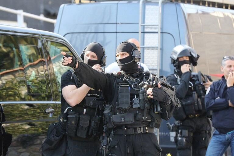 Французский спецназ у лицея в Грасе, где 16-летний ученик открыл стрельбу, 16 марта 2017 г.
