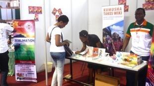 Au stand de l'Association des écrivains de Côte d'Ivoire (AECI) animé par les écrivains Félicité A. Foungbé ainsi que Ezin Edgard Landry au Salon international du Livre d'Abidjan (Sila) en 2014.