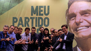Parlamentares eleitos pelo partido de Jair Bolsonaro (PSL) fazem sinal de arma com as mãos em 11 de outubro de 2018.