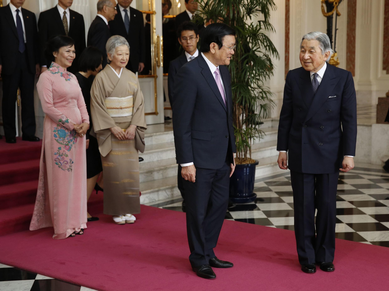 Chủ tịch nước Việt Nam Trương Tấn Sang (thứ hai, từ trái sang phải) và Nhật Hoàng Akihito (trái) tại Cung Akasaka (Tokyo) ngày 19/03/2014.