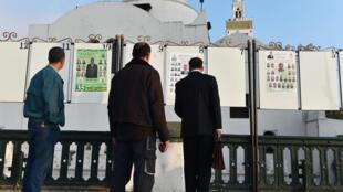 Des affiches de campagne pour les élections législatives algériennes sur la place des Martyrs à Alger.