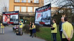 Militants pro-vie Varsovie. Les militants de la fondation «Pro-Prawo do Zycia», pour le droit à la vie, manifestent régulièrement devant des hôpitaux où sont pratiqués des avortements. Ici, à Varsovie.