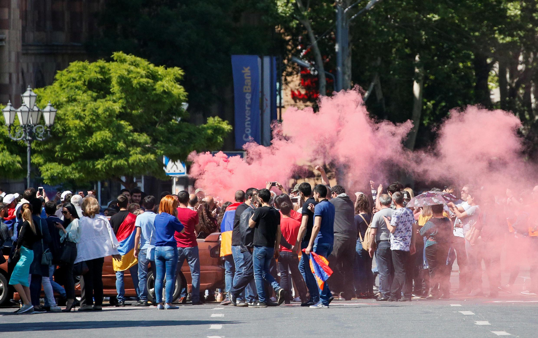 Des partisans de l'opposition arménienne répondent à l'appel de Nikol Pachinian à poursuivre le mouvement et bloquent une rue de la capitale Erevan, le 2 mai 2018 à Erevan.