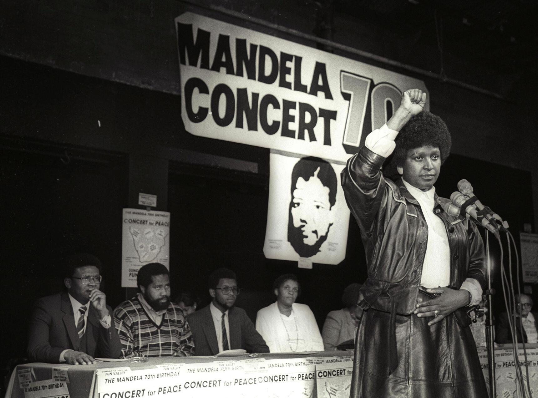 Winnie Mandela, en juillet 1988, annonce la tenue d'un concert pour célébrer le 70e anniversaire de son époux Nelson Mandela, alors emprisonné.