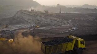 L'exploitation minière de Jharia, en Inde, est une mine de charbon à ciel ouvert.