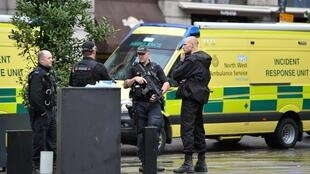 Полицейские у торгового центра в Манчестере, где произошло нападение, 11 октября 2019