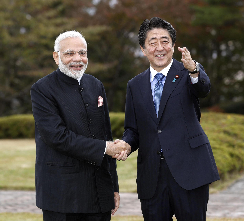 Thủ tướng Ấn Độ Narendra Modi (T) và đồng nhiệm Nhật Bản Shinzo Abe tại Yamanakako village, thành phố Yamanashi, Nhật Bản, 28/10/2018.
