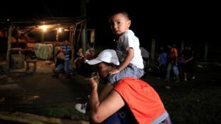 Hondureños forman en San Pedro Sula, Honduras, el 14 de enero de 2019, con rumbo a los Estados Unidos.