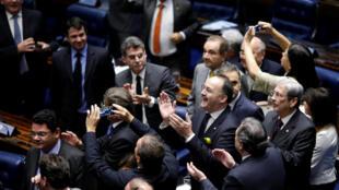 Les sénateurs de droite se congratulent, à l'issue du vote sans appel qui a écarté de la présidence du Brésil Dilma Roussef.
