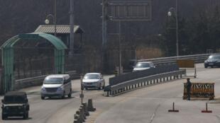 韩国车辆将在朝鲜境内开城工业园区工作的韩国人接回韩国。图片摄于2013年4月3日。当日,朝鲜当局决定禁止韩国人进入工业园区工作。