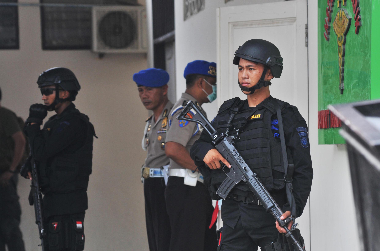 An ninh Indonesia đứng gác trước bệnh viện, nơi quàn xác của người được cho là Santoso, tại Palu, miền trung Sulawesi, ngày 19/07/2016