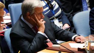 Le secrétaire général des Nations unies, António Guterres, écoute le discours de l'actrice Cate Blanchett sur les Rohingyas devant le Conseil de sécurité de l'ONU, le 28 août 2018 à New York.