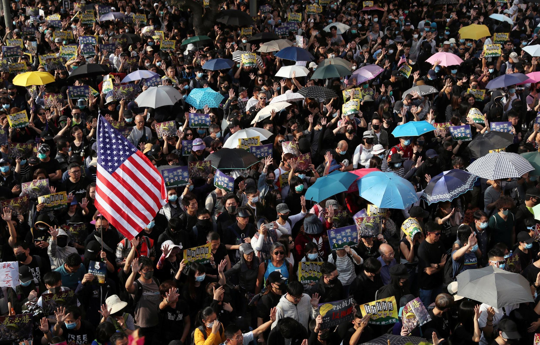 图为香港民众2019年12月1日示威在美国驻港领事馆前感谢特朗普签署香港人权法案