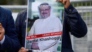 Protestante segura foto do jornalista Jamal Khashoggi durante em frente ao consulado da Arábia Saudita na Turquia