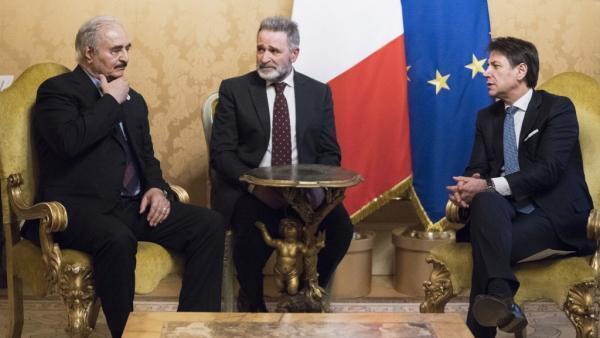 Le maréchal Haftar (G) a été reçu par le chef du gouvernement italien Guiseppe Conte (D) à Rome, ce mercredi 8 janvier 2020.