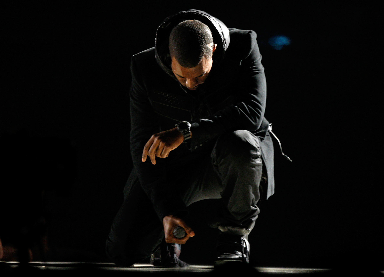 Kanye West portant la paire de baskets Nike Air Yeezy 1 aux Grammys en 2008.