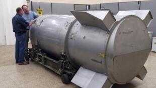 កម្មករអាមេរិកកំពុងពិនិត្យមើលគ្រាប់បែក B-53 នៅរោងចក្រPantex, នៅរដ្ឋតិចសាស់ កន្លែងតែមួយ នៅអាមេរិកដែលនៅបន្តផលិតគ្រាប់បែកនុយក្លេអ៊ែរ ជួសជុល និងបំផ្លាញចោល