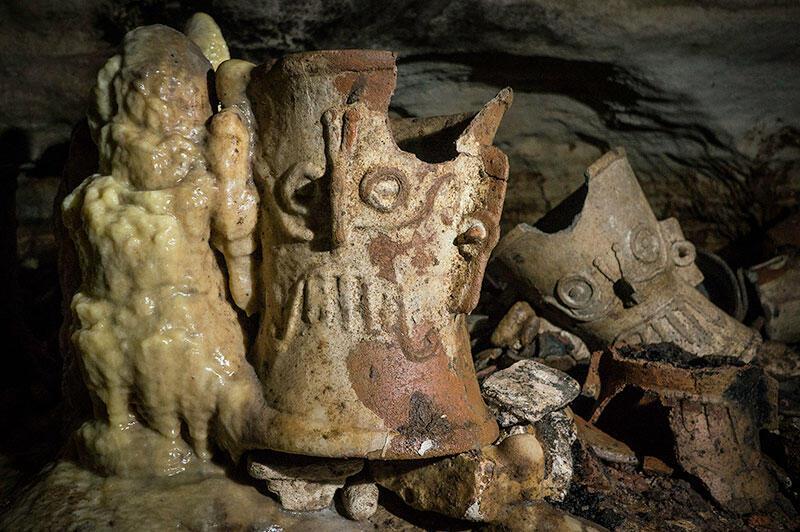 Se encontraron siete ofrendas constituidas por incensarios de cerámica tipo Tláloc además de otros objetos.