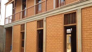 Une construction réalisée par la société Elementerre qui utilise des briques en BTC (mélange latérite, de sable, d'eau et de 8% de ciment seulement).
