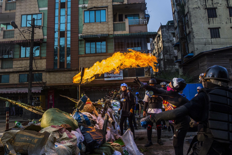 Le 16 mars 2021. Des manifestants lancent des cocktails molotov pour occuper la route. Une photo du lauréat du prix Visa d'or News 2021 sur la révolution du printemps en Birmanie.  © Lauréat du Visa d'or News
