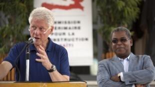 Les deux co-présidents de la Commission intérimaire pour la reconstruction d'Haïti : Bill Clinton (g) et le Premier ministre haïtien Jean-Max Bellerive lors d'une conférence de presse au Port-au-Prince, le 6 octobre 2010.