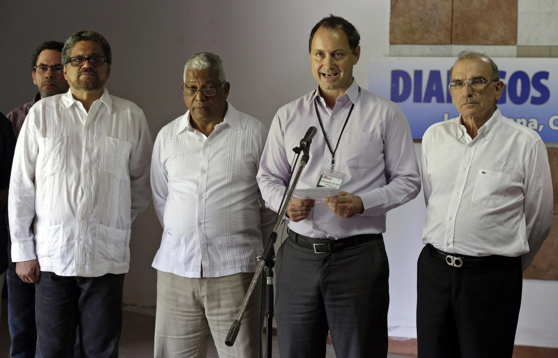 Negociadores apresentam comunicam em Havana a retomada das discussões entre Bogotá e as Farc.