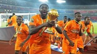 Kolo Toure akinyanyua Kombe la mataifa ya Afrika mwaka 2015 baada ya mafanikio ya timu yake katika fainali dhidi ya Ghana.