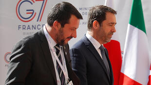 Глава МВД Италии Маттео Сальвини (слева) и министр внутренних дел Франции Кристоф Кастанер перед двусторонней встречей в рамках саммита. 04.04.2019