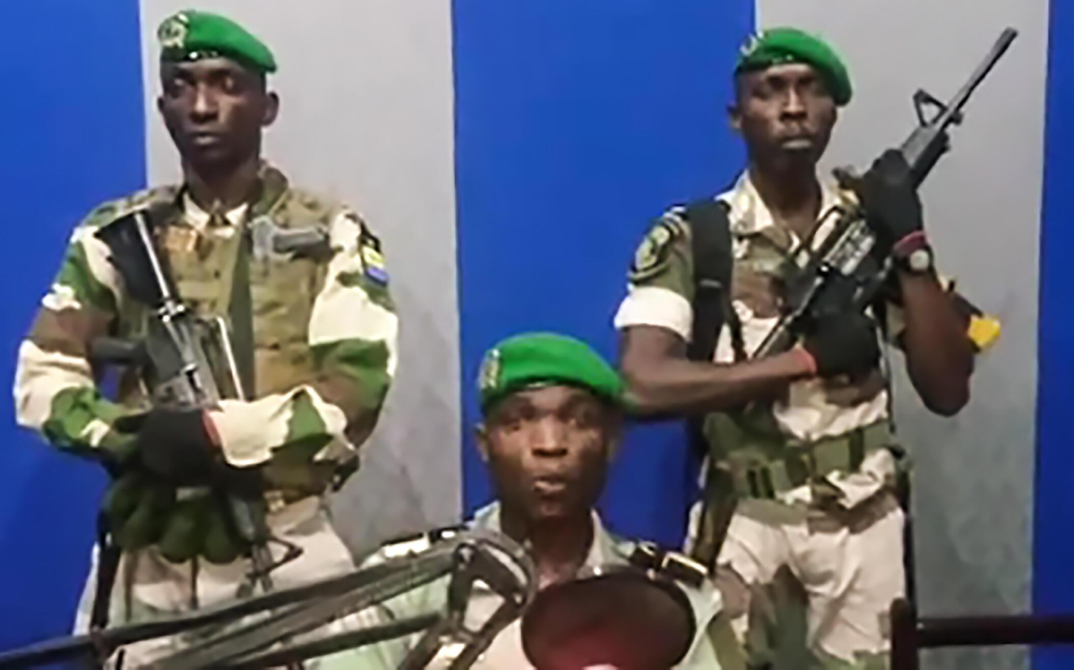 Picha ya askari wakisoma tangazo lao kwenye redio na televisheni ya Gabon, Januari 7, 2019.