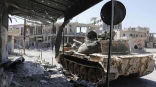 Танк на улице города Кусейр, вновь захваченного силами, верными Б.Ассаду