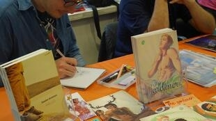 Sessão de autógrafos no 4° Salão de Revista em Quadrinhos & Imagens LGBT Paris 05/06/16. O próximo evento acontece no dia 30 de novembro de 2019.