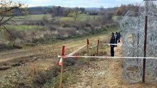 """Trecho do """"muro"""" que está sendo erguido na fronteira da Bulgária com a Turquia para impedir a chegada de refugiados."""