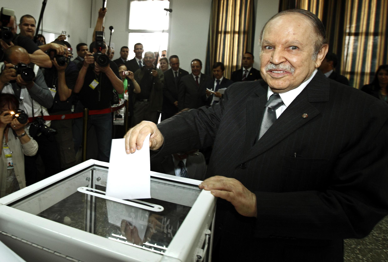 El presidente Abdelaziz Bouteflika emite su voto en Argelia, el 10 de mayo de 2012.