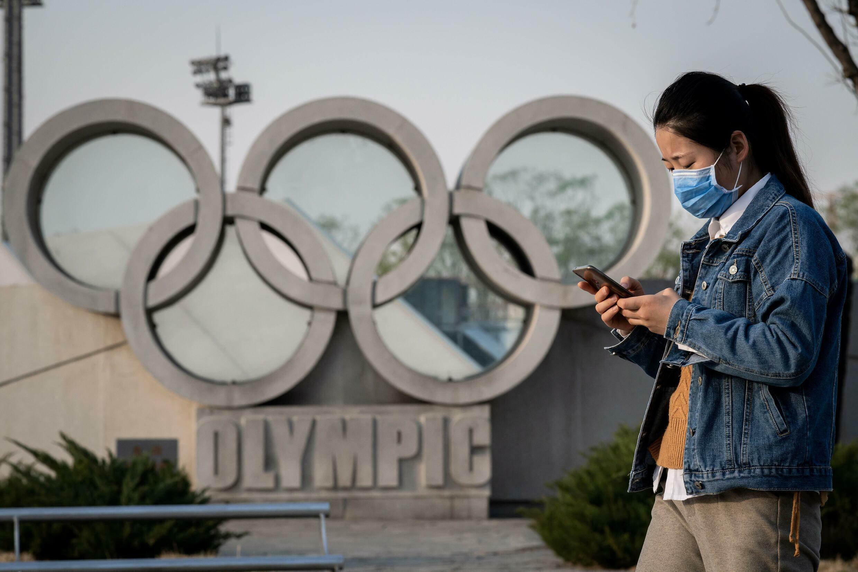 Les anneaux olympiques à l'entrée du stade de Pékin, le 23 mars 2020, à près d'un an de l'ouverture des Jeux d'hiver dans la capitale chinoise
