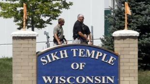 Policiais no templo sikh, em Oak Creek, em Wisconsin, em 5 de agosto de 2012.