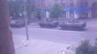 Бронетехника на улице Мариуполя (любительская съемка) 09/05/2014
